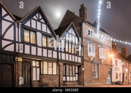 L'architecture à pans de bois la nuit.Lichfield, dans le Staffordshire, au Royaume-Uni. Les bâtiments du patrimoine historique, et le clair de lune. Banque D'Images