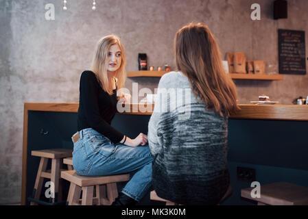 Photo aux tons de meilleurs amis ayant ce jour dans café ou restaurant. Belles filles de parler ou de communiquer tout en buvant du café Banque D'Images