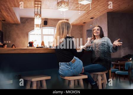 Deux amies à boire du café dans le café Banque D'Images