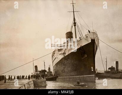 La Reine Mary dry docks par fort vent (1940) Banque D'Images