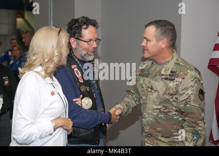 Le lieutenant général de l'armée américaine James Dickinson, commandant général de l'espace de l'armée et la défense antimissile / commande les forces de l'Armée de commandement stratégique, accueille un guerrier blessé à l'Aéroport International de Huntsville en commémoration de la Semaine des anciens combattants 8 novembre 2017, à Huntsville, Alabama. Les héros bienvenue événement était organisé par le Semper Fi Task force communautaire de North Alabama. (U.S. Photo de l'armée par le Sgt. 1re classe Teddy Wade)