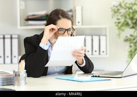 Les problèmes de vision, concept  Employé de bureau portant des lunettes  avec un mauvais l obtention du diplôme ayant la 1c3c84d5ede0