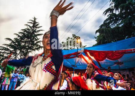 Nagar, Himachal Pradesh, Inde: Pendant la festival Mela Naggar Himachali femmes dansent en l'honneur de la divinité locale Tripura Sundari en dehors de son temple Banque D'Images