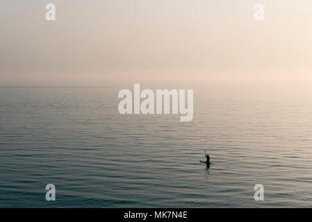 Stand Up Paddle sur la mer Banque D'Images