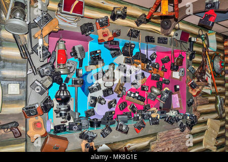 Kiselevsk, la Russie, le café 'Traktir Telega' - 5 mai 2018: Ensemble des différents modèles de caméras old vintage et équipements à l'intérieur du café, j'ai décoré Banque D'Images