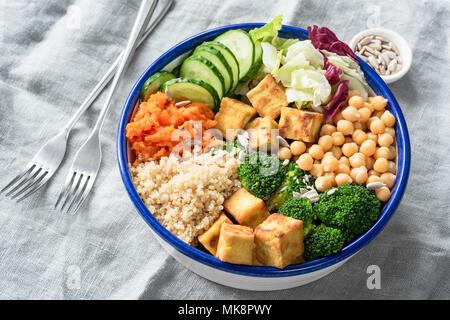 Bol bouddha nourrissante avec le tofu, le quinoa et les légumes. La saine alimentation, mode de vie sain, l'alimentation végétalienne, régime végétarien, concept de vie moderne. Col Banque D'Images