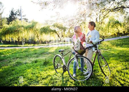 Beau couple avec des bicyclettes à l'extérieur au printemps la nature.