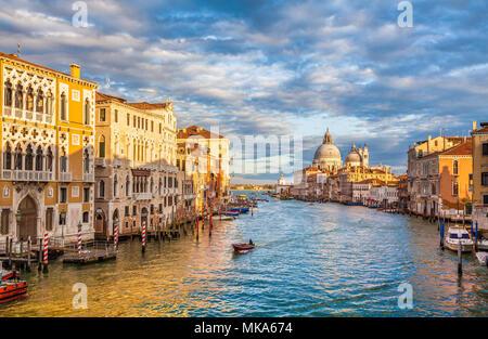 Classic vue panoramique de célèbre Canal Grande avec scenic Basilica di Santa Maria della Salute dans la belle lumière du soir au coucher du soleil d'or, Venise, il Banque D'Images