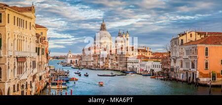La vue classique du célèbre Canal Grande avec scenic Basilica di Santa Maria della Salute dans la belle lumière du soir au coucher du soleil d'or, Venise, Italie Banque D'Images