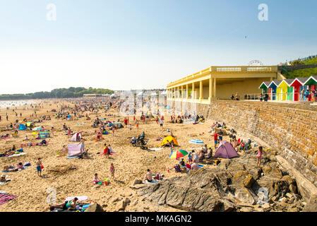 Pack foules la plage de sable de la baie de Whitmore, Barry Island, au Pays de Galles, sur la chaude et ensoleillée début Mai vacances de banque. Banque D'Images