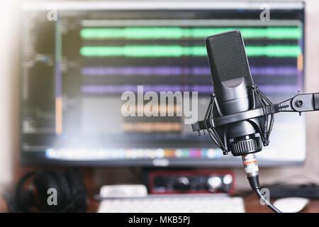 Microphone sur un support. Accueil Podcast Studio. Banque D'Images
