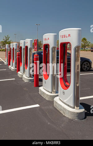 West Melbourne, Floride - Voiture électrique Tesla Supercharger. Banque D'Images