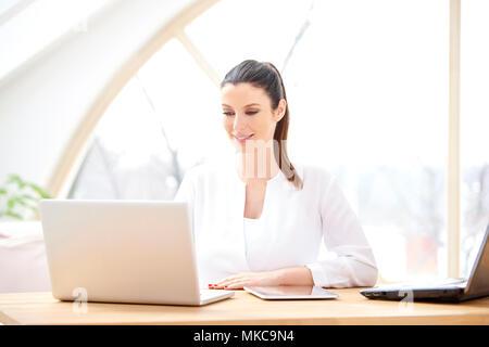Belle jeune businesswoman working on laptop. Bureau à domicile.
