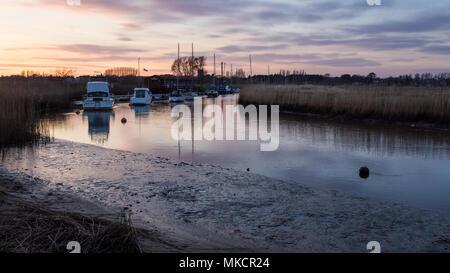 La rivière à marées Frome traverse les zones humides à côté de port de Poole à Wareham dans le Dorset. Banque D'Images