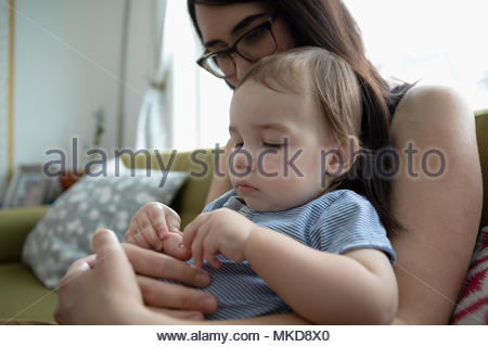 Mother holding baby son curieux Banque D'Images