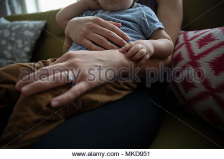 Close up affectueux mother holding baby son Banque D'Images