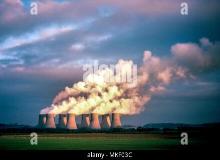 Des nuages de vapeur à partir de la dérive les huit tours de refroidissement d'une centrale nucléaire apparaissent comme un fléau pour les visuels une fois campagne bucolique de l'Angleterre. Le Royaume-Uni a établi sa première centrale nucléaire en 1956; en 2018, le Royaume-Uni comptait 15 réacteurs en service, qui a fourni 21 pour cent de cette nation de l'électricité. Banque D'Images