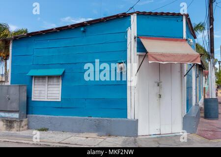 Les rues vides, les gens restent à la maison. Maison en bois coloré au Mexique. Siesta Time est un must, surtout pendant l'après-midi d'été. Banque D'Images