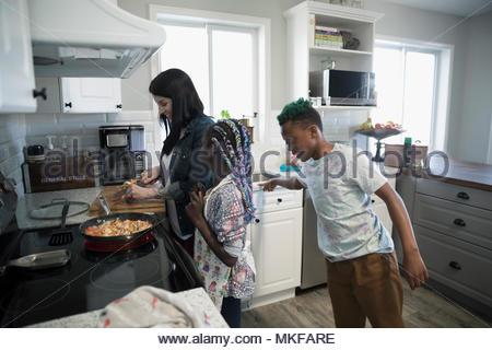 La mère et l'enfant la préparation et la cuisson des légumes à la cuisine cuisinière Banque D'Images