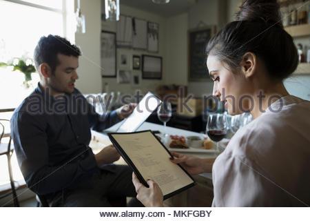 Jeune couple sur le menu lecture date at bar Banque D'Images