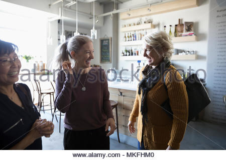 Happy senior women friends talking in cafe Banque D'Images