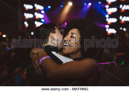 Happy young couple hugging millénaire, Dancing in nightclub Banque D'Images