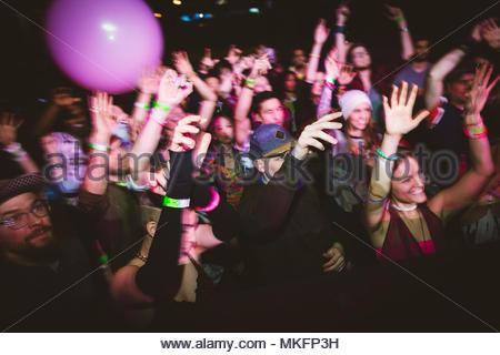 Milennials la danse, concert de musique at in nightclub Banque D'Images