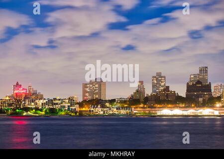 NEW YORK - Etats-Unis - 29 octobre 2017. Vue sur Manhattan skyline illuminée au crépuscule sur le fleuve Hudson. New York City, USA. Banque D'Images