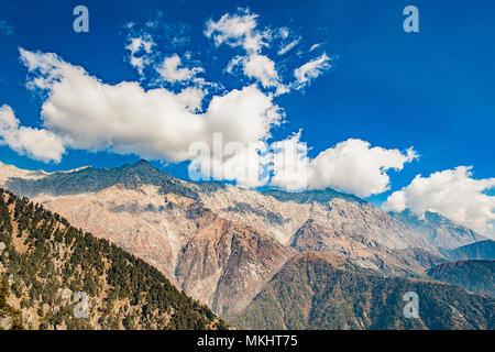 Une belle vue sur les chaînes de montagnes Dhauladhar durant une journée ensoleillée et quelques nuages. Triund, Himachal Pradesh. L'Inde