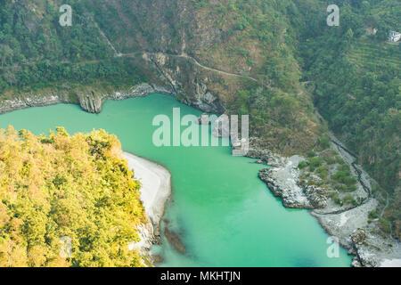 Vue aérienne de la rivière Ganga au début de l'Himalaya, près de Rishikesh, Inde. Banque D'Images