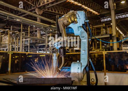 Robot industriel est essai nouveau programme en usine de voiture Banque D'Images