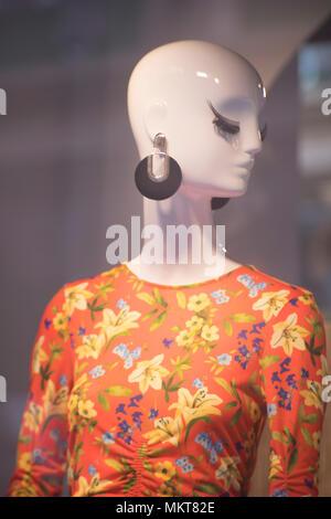 db4b9aaad82 ... Boutique de mode femme mesdames fenêtre store mannquins dummies portant  des vêtements modernes à la mode
