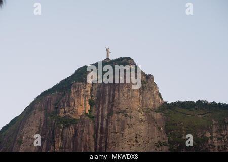 Petit et distante chist rédempteur dans la montagne du Corcovado, vu depuis le sol. Botafogo, Rio de Janeiro Banque D'Images