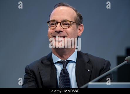 09 mai 2018, l'Allemagne, Munich: directeur général de la compagnie d'assurance Allianz SE, Oliver Baete, assis sur scène avant le début de l'assemblée générale annuelle de la compagnie d'assurance Allianz. Photo: Sven Hoppe/dpa