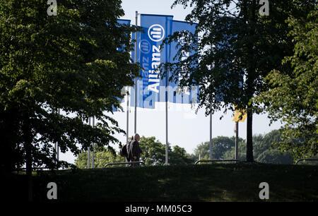 09 mai 2018, l'Allemagne, Munich: drapeaux de la compagnie d'assurance Allianz SE dans le vent avant le début de l'assemblée générale annuelle de la société en face de la Halle olympique. Photo: Sven Hoppe/dpa