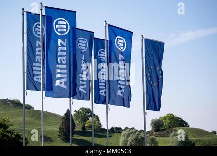 09 mai 2018, l'Allemagne, Munich: drapeaux de la compagnie d'assurance Allianz SE dans le vent au début de l'assemblée générale annuelle de la société en face de la Halle olympique. Photo: Sven Hoppe/dpa