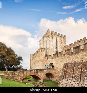 1 mars 2018: Lisbonne Portugal - Tourist couple crossing bridge pour entrer Château de St George. Banque D'Images