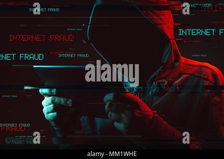La fraude sur Internet concept avec capuche Homme sans visage using tablet computer, les rouge et bleu allumé image et effet glitch numérique