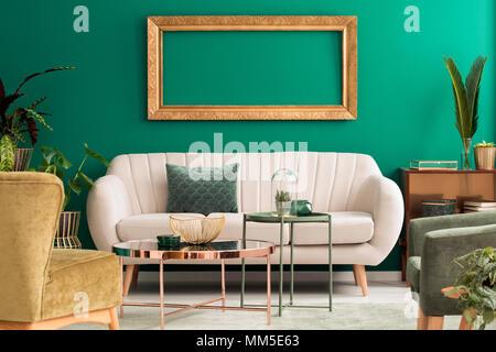 Tables en métal vert et d'or dans la salle de séjour avec la table lumineuse de l'intérieur et vide du châssis maquette Banque D'Images
