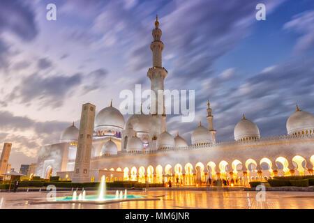 Abu Dhabi Sheikh Zayed Mosque minaret crépuscule Emirats Arabes Unis ÉMIRATS ARABES UNIS Banque D'Images
