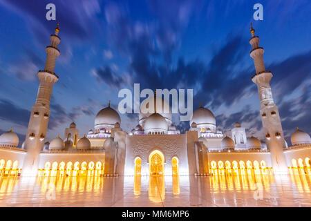 Abu Dhabi la Grande Mosquée Sheikh Zayed twilight minarets Émirats Arabes Unis ÉMIRATS ARABES UNIS Banque D'Images