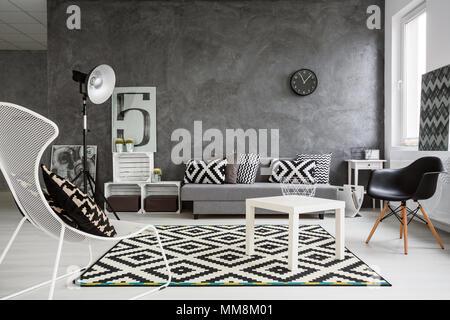 Spacieuse chambre salon en noir et blanc. Intérieur conçu avec style Banque D'Images