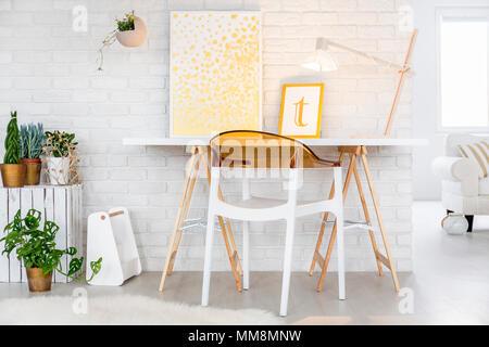 Bureau minimaliste et président de chambre au design moderne Banque D'Images