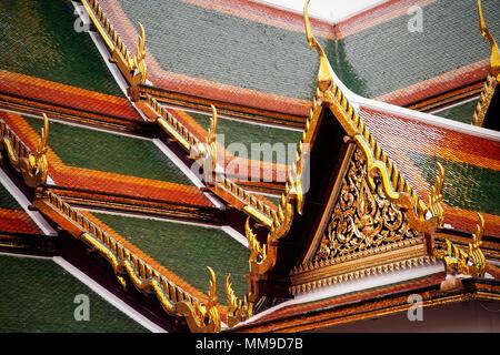 La décoration carrelage toiture du Temple du Bouddha Émeraude ou Uboseth dans le Grand Palace, Bangkok, Thaïlande. Banque D'Images