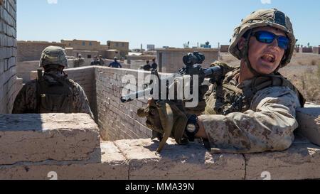 Le Corps des Marines des États-Unis. Clint J. Holloway, un mitrailleur affecté à la compagnie Kilo, 3e Bataillon, 1er Marines, procède à l'entraînement en milieu urbain au cours armes et tactiques - Instructeur (WTI) 1-18 à Yuma (Arizona), le 27 septembre 2017. Le WTI est une formation de sept semaines événement organisé par Marine Aviation Escadron tactique d'armes (un MAWTS-1) Le projet cadre qui met l'intégration opérationnelle des six fonctions de l'Aviation du Corps des Marines à l'appui d'une masse d'Air Maritime Task Force. MAWTS-1 fournit les tactiques avancées la formation et la certification des qualifications des instructeurs de l'unité marine à l'appui