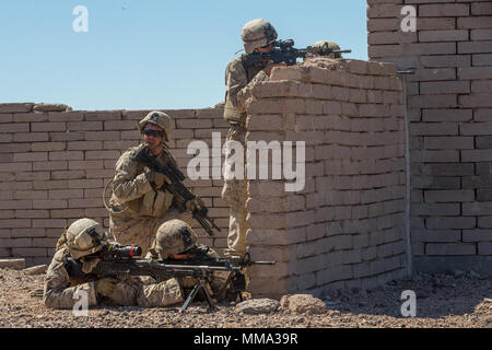 U.S. Marine Corps des Marines d'infanterie affecté à la compagnie Kilo, 3e Bataillon, 1er Marines, procéder à un exercice d'entraînement urbain au cours armes et tactiques - Instructeur (WTI) 1-18 à Yuma (Arizona), le 27 septembre 2017. Le WTI est une formation de sept semaines événement organisé par Marine Aviation Escadron tactique d'armes (un MAWTS-1) Le projet cadre qui met l'intégration opérationnelle des six fonctions de l'Aviation du Corps des Marines à l'appui d'une masse d'Air Maritime Task Force. MAWTS-1 fournit les tactiques avancées la formation et la certification des qualifications des instructeurs de l'unité à l'appui de l'Aviation maritime une formation