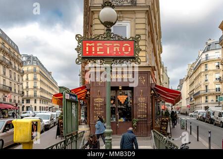 Val d'Osne Metro affiche à l'extérieur de la station de métro le Peletier, Paris, France Banque D'Images