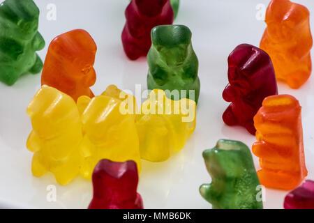 Ours en gelée ou en gelée isolés sur fond blanc. Enfants célèbres et adorables sucreries