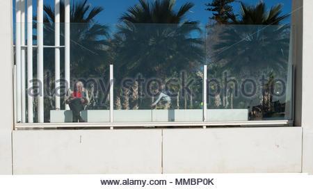 Vieil homme derrière une vitre Banque D'Images