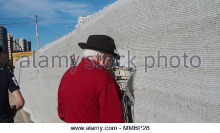 Homme espagnol regardant par le mur Banque D'Images